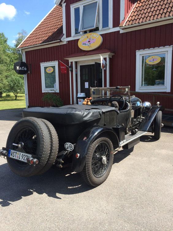 veteranbil-parkerad-utanfor-cafe